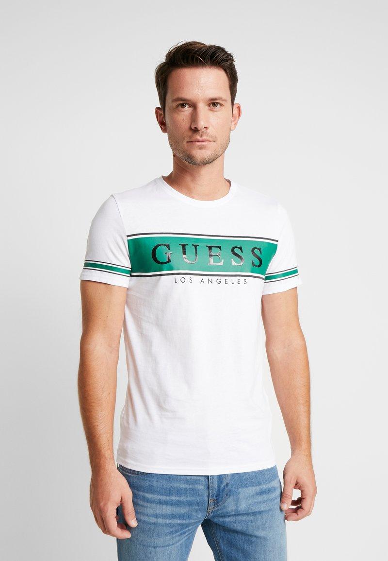 Guess - BANNER TEE - T-shirt med print - white/green