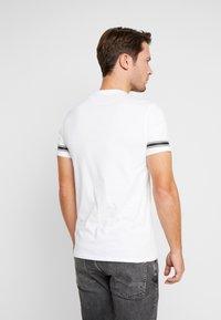 Guess - BANNER TEE - Camiseta estampada - black/white - 2