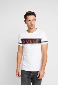 Guess - BANNER TEE - Camiseta estampada - black/white - 0