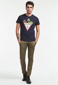 Guess - PALM TRIANGLE TEE - T-shirt z nadrukiem - blue - 1