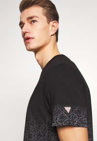 Guess - T-shirt imprimé - jet black - 4