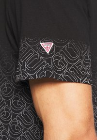 Guess - T-shirt imprimé - jet black - 6