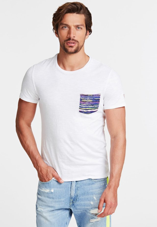 GUESS T-SHIRT FRONTTASCHE - T-shirt con stampa - white
