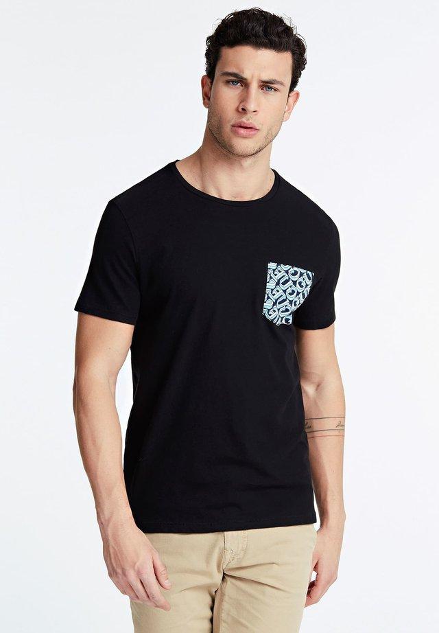 GUESS T-SHIRT FRONTTASCHE - T-shirt con stampa - mehrfarbig schwarz