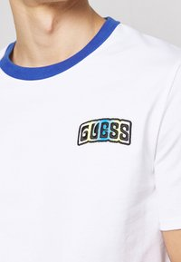 Guess - T-shirt z nadrukiem - true white - 5