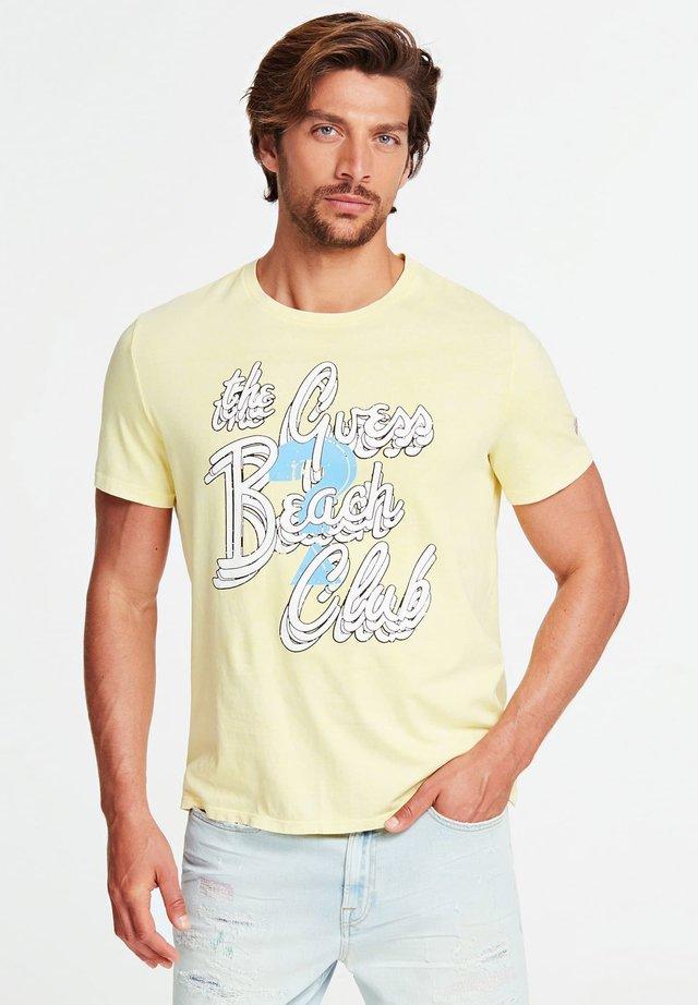 GUESS T-SHIRT AUFGESETZTER PRINT - T-shirt print - gelb
