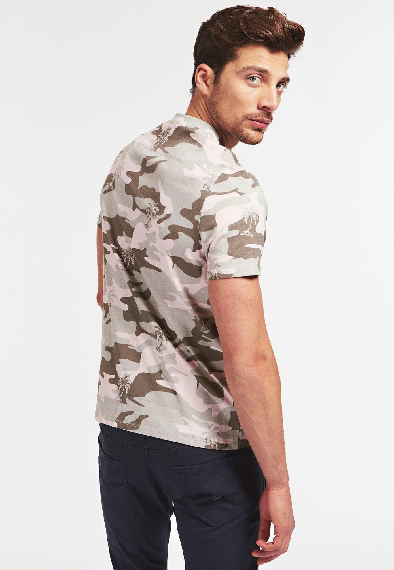 Guess T-SHIRT CAMOUFLAGE - T-shirt z nadrukiem - camouflage