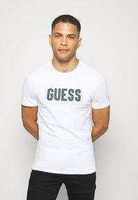 Guess - DEAL TEE - T-shirt z nadrukiem - blanc pur - 0