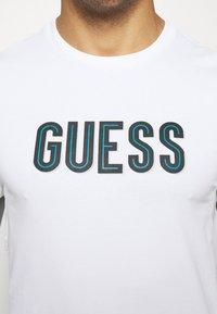 Guess - DEAL TEE - T-shirt z nadrukiem - blanc pur - 5