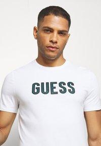 Guess - DEAL TEE - T-shirt z nadrukiem - blanc pur - 3