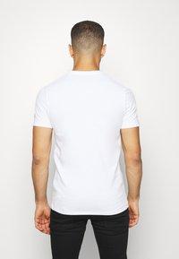 Guess - DEAL TEE - T-shirt z nadrukiem - blanc pur - 2