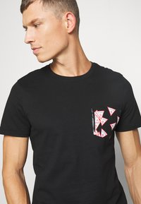 Guess - MULTITUDE TEE - T-shirt z nadrukiem - jet black - 5