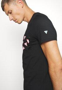 Guess - MULTITUDE TEE - T-shirt z nadrukiem - jet black - 3