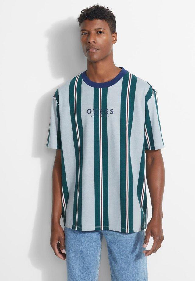 GUESS LOGO STREIFENMUSTER - T-shirt basic - mehrfarbig, grün