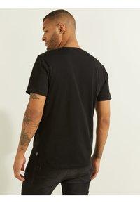 Guess - LOGO IMPRIMÉ SUR LE DEVANT - Print T-shirt - noir - 2