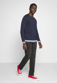 Guess - LS RN NAT SWEATER - Sweter - blue navy - 1