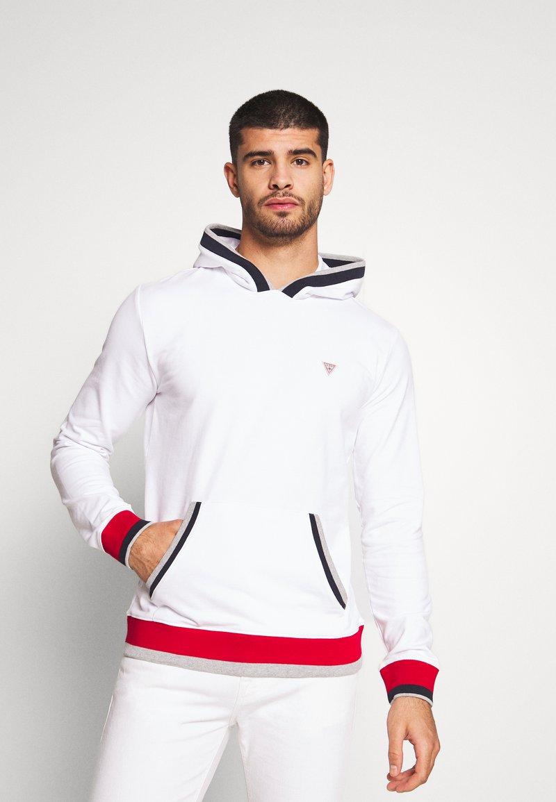 Guess - ALBAN HOODIE  - Bluza z kapturem - blanc pur