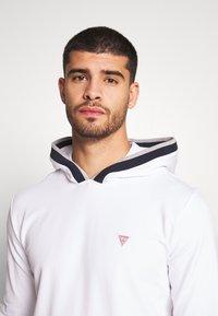Guess - ALBAN HOODIE  - Bluza z kapturem - blanc pur - 4