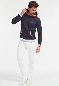 Guess - ALBAN HOODIE  - Bluza z kapturem - dunkelblau - 1