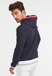 Guess - ALBAN HOODIE  - Bluza z kapturem - dunkelblau - 2