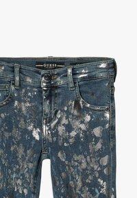 Guess - JUNIOR SKINNY PANTS - Skinny džíny - glacial damage blue - 2