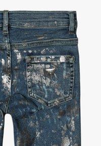 Guess - JUNIOR SKINNY PANTS - Skinny džíny - glacial damage blue - 4