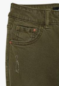 Guess - JUNIOR BULL - Jeansy Straight Leg - light military green - 3