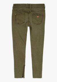 Guess - JUNIOR BULL - Jeansy Straight Leg - light military green - 1