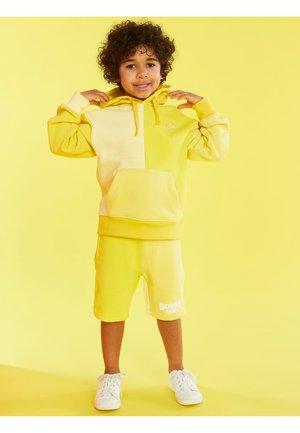 J BALVIN LOGO  - Short - mehrfarbig  gelb
