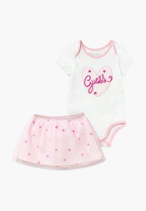 SET - Cadeau de naissance - rayure blanc/roses