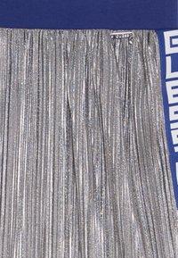Guess - JUNIOR PLEATED MIDI SKIRT - Spódnica trapezowa - silver - 3