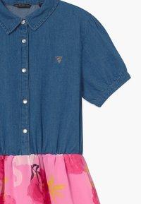 Guess - JUNIOR MIXED - Robe en jean - light-blue denim/light pink - 3