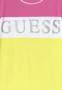 Guess - JUNIOR DRESS - Žerzejové šaty - summer love pink mul - 3