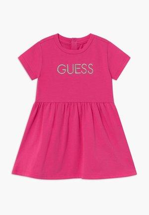 DRESS BABY - Robe en jersey - rouge/shocking pink