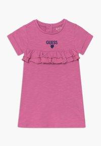 Guess - DRESS PANTIES BABY - Žerzejové šaty - candy orchid - 0