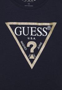 Guess - JUNIOR CORE - T-shirt z nadrukiem - dark blue - 2