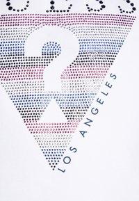 Guess - JUNIORMIDI - Print T-shirt - blanc pur - 2