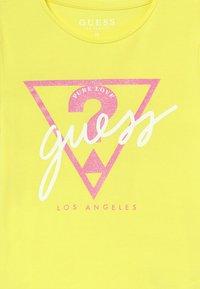 Guess - JUNIOR - Print T-shirt - lemon peel - 3
