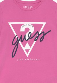 Guess - JUNIOR - T-shirt con stampa - candy orchid - 3