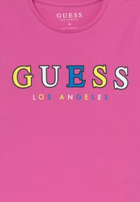 Guess - JUNIOR MIDI - Triko s potiskem - candy orchid - 3