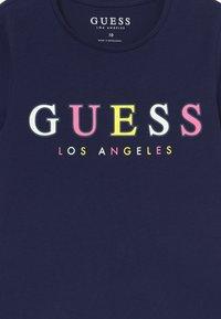 Guess - JUNIOR MIDI - T-shirt imprimé - deck blue - 3