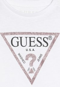 Guess - CORE BABY - Printtipaita - true white - 3