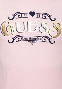 Guess - JUNIOR HIGH LOW - T-shirt imprimé - alabaster pink - 2