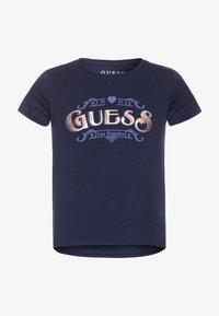 Guess - JUNIOR HIGH LOW - Print T-shirt - bleu/deck blue - 0