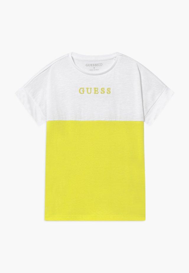 JUNIOR MIDI - Camiseta estampada - yellow