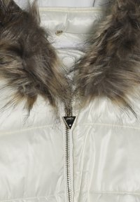 Guess - JUNIOR SHINY PADDED HOODED JACKET - Zimní kabát - white clay - 5