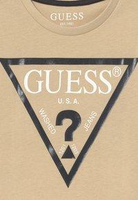 Guess - JUNIOR CORE - Print T-shirt - ecru - 3
