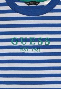 Guess - JUNIOR  - Triko spotiskem - blue/white - 3