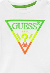 Guess - T-shirt z nadrukiem - blanc pur - 3