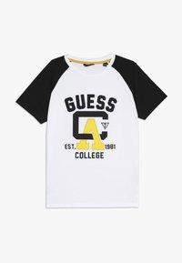 Guess - JUNIOR - T-shirt z nadrukiem - true white - 0